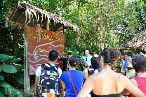 マリマリ文化村、ガイドツアー説明風景。